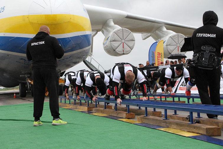"""8 украинских стронгменов прокатили крупнейший в мире самолет АН-225 """"Мрія"""" весом 330 тонн. ВИДЕО 1"""
