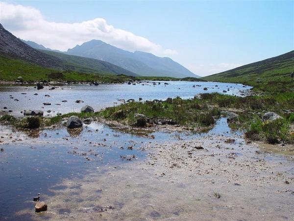 Вода на вискикурню поступает из маленького озера Лохнадави