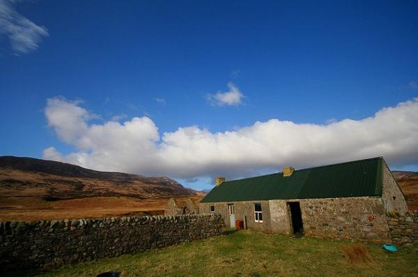 Из 100 ныне действующих вискикурень Шотландии лишь 7 постоянно делают торфяной виски. Из них 5 – на острове Айла