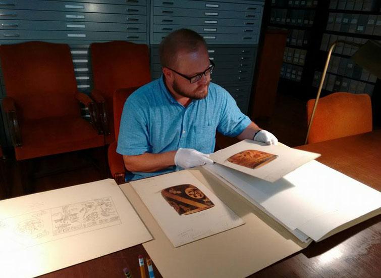 Юрій досліджує писемність у Музеї археології та антропології Університету Пенсільванії