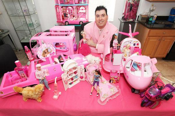 Чоловік збирає ляльок барбі та має